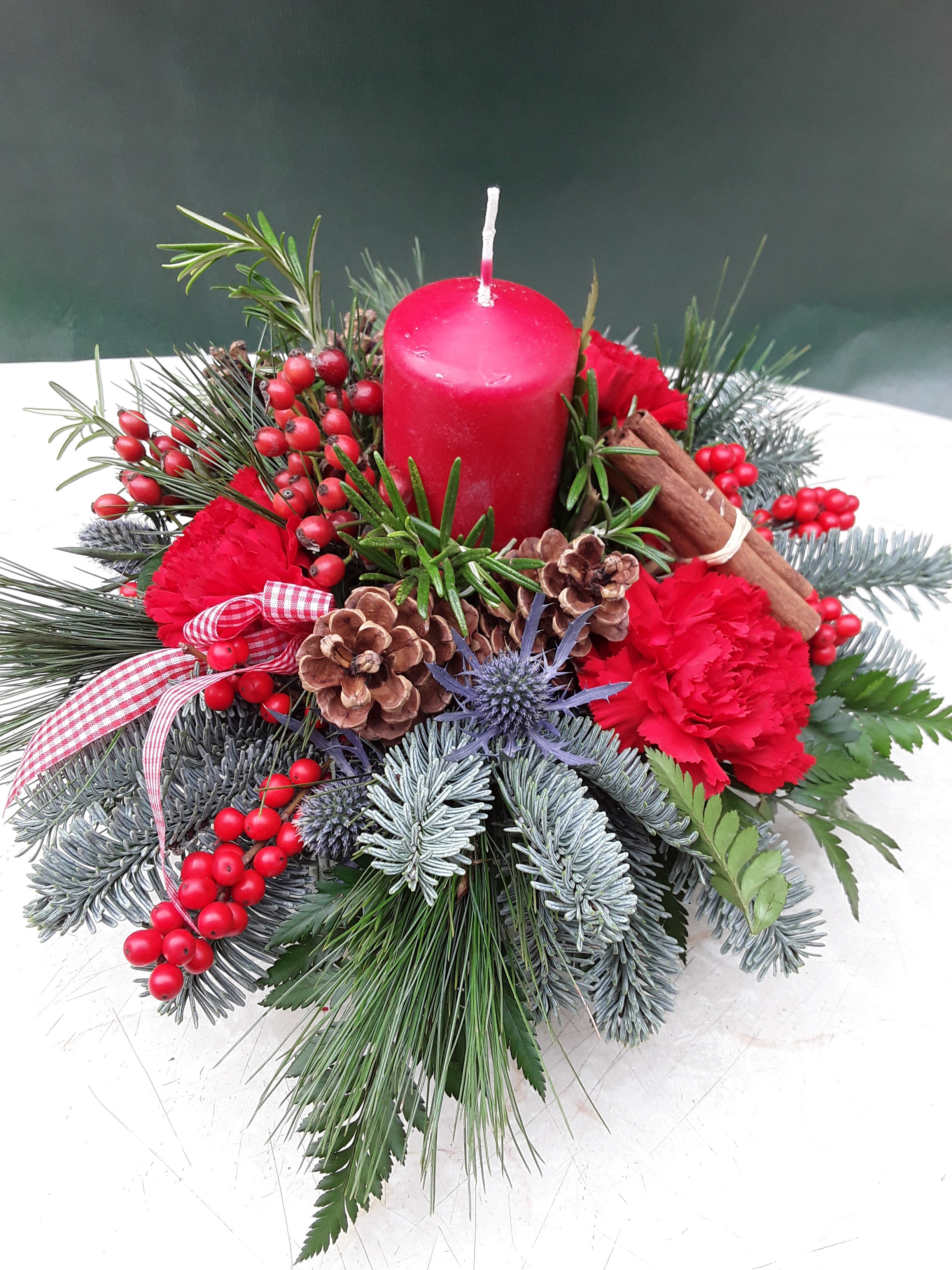 Round-Christmas-Table-Arrangement